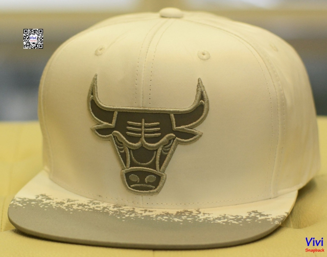Mitchell & NessChicago Bulls Reflective Lava Snapback
